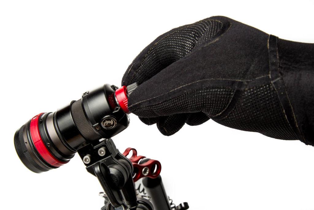 Fokuslampe Inon LF1300-EWf mit Handschuhen
