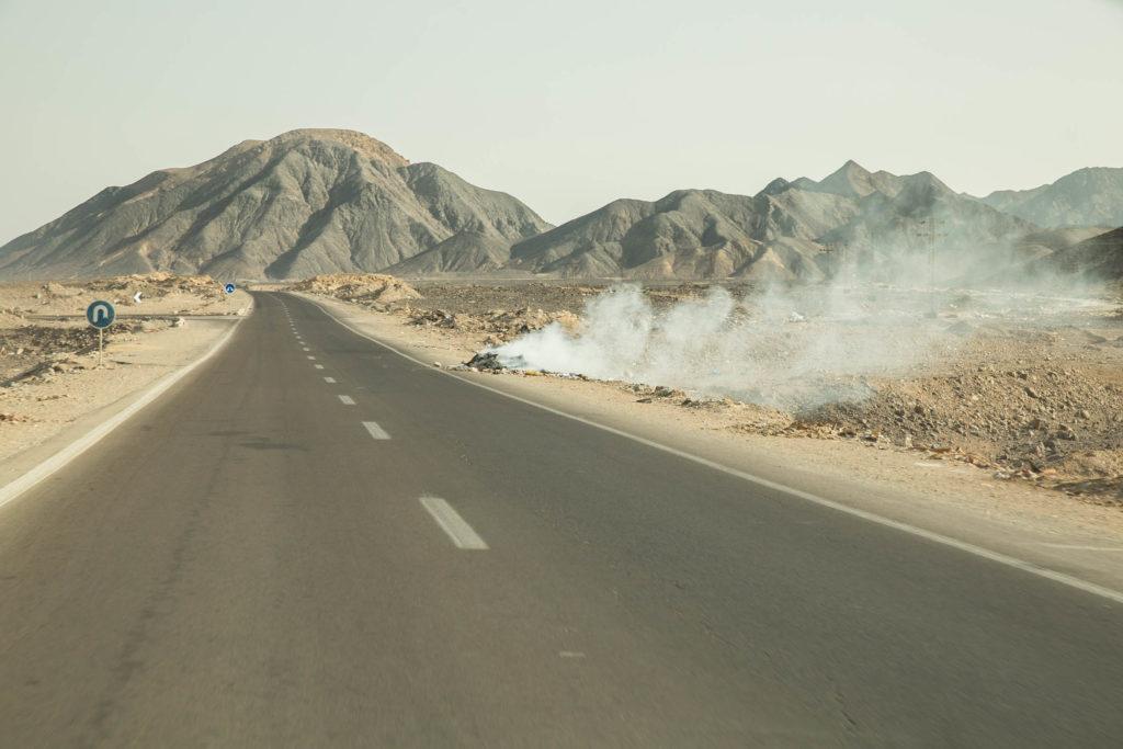 Überland Ägypten Landstraße brennende Teile