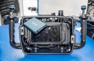 Das Nauticam NA-BMCC kommt mit einem separaten Battery-Pack