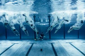 Unterwasser-Rugby Anpfiff beim Spiel - Schiedsrichter am Grund  - Foto Konstantin Killer